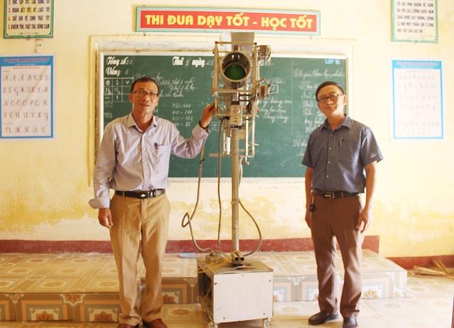 Thầy Quang (bên trái) và thầy Hạnh bên chiếc máy do hai thầy sáng chế.
