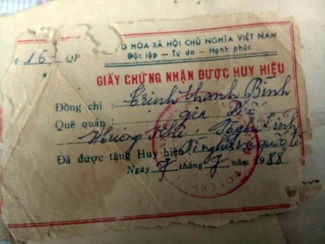 Giấy chứng nhận được tặng Huy hiệu Vì nghĩa vụ Quốc tế ông Bình còn lưu giữ