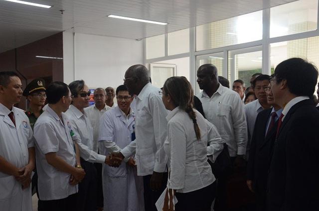 Ông Salvador Valdés Mesa cùng đoàn đại biểu đi thăm cơ sở vật chất , thăm hỏi đội ngũ y, bác sĩ đang công tác tại Bệnh viện Hữu nghị Việt Nam – Cuba Đồng Hới