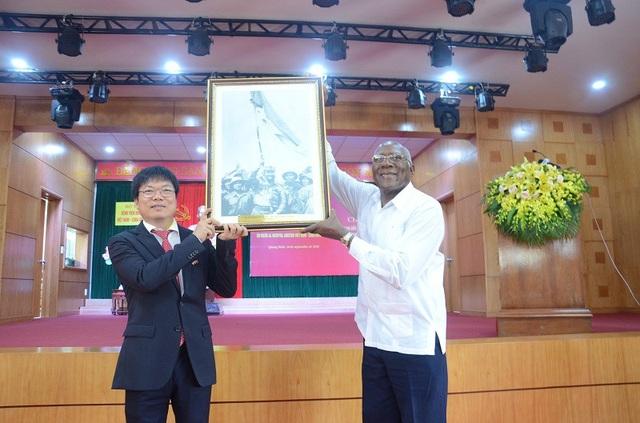 Ông Salvador Valdés Mesa cũng đã trao tặng bức tranh lịch sử sự kiện Chủ tịch Fidel Castro thăm vùng giải pháp miền Nam Việt Nam cho Bệnh viện Hữu nghị Việt Nam – Cuba Đồng Hới.