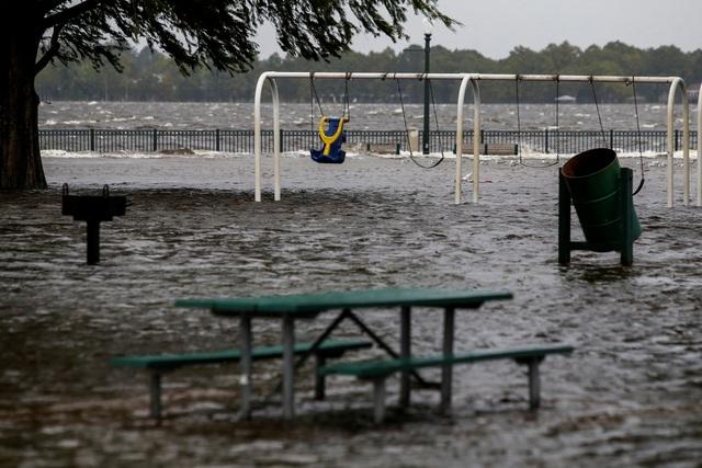 Nước lũ bắt đầu dâng cao do lượng mưa lớn (Ảnh: Reuters)
