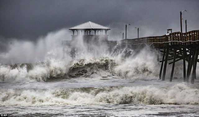 Gió mạnh và mưa lớn đã xảy ra tại các khu vực ven biển ở Bắc và Nam Carolina ngay cả trước khi bão đến.