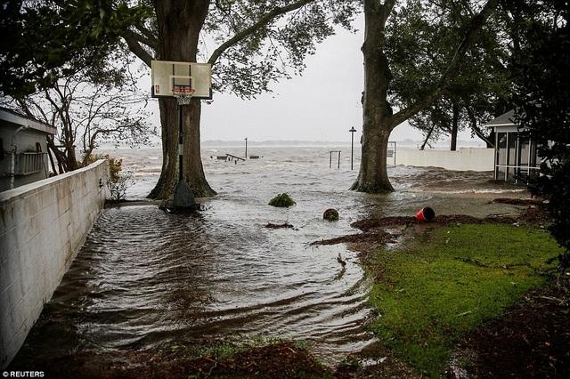 Nước biển dâng cao đã gây ngập lụt nghiêm trọng tại các cộng đồng ven biển trên khắp Bắc và Nam Carolina.