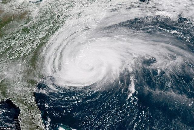 Ảnh vệ tinh cho thấy mắt bão Florence áp sát bờ biển Mỹ trước khi nó đổ bộ vào các khu vực ven biển.