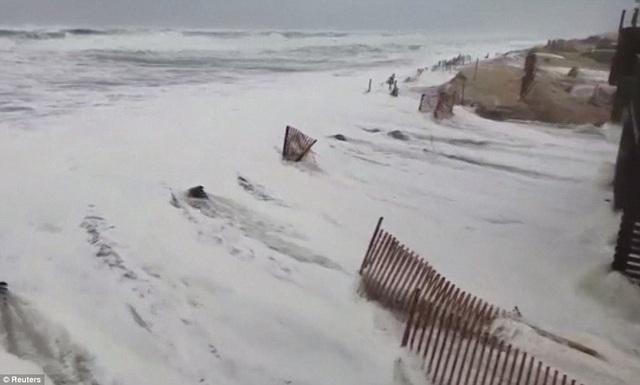 Sóng lớn và nước biển dâng cao tại Bờ Đông nước Mỹ.