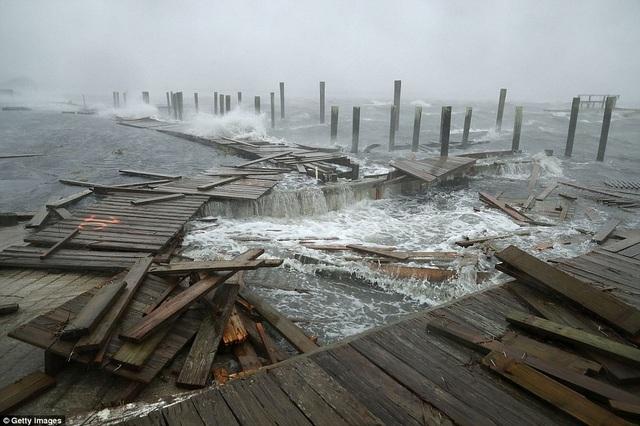 Một cầu dành cho người đi bộ bị phá hủy tại bãi biển Atlantic, bang Bắc Carolina.
