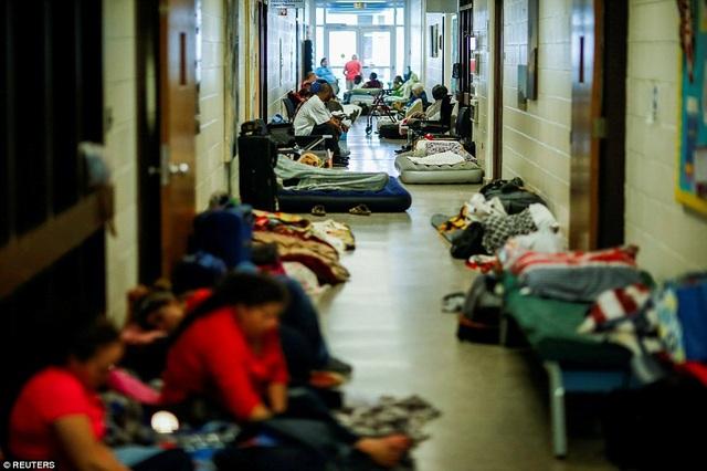 Người dân đi sơ tán tại trung tâm tạm trú tránh bão mạnh.