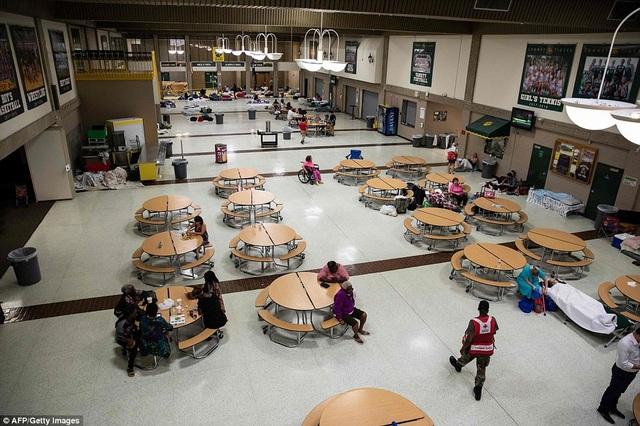 Một trung tâm tạm trú được thiết lập tại trường trung học Conway ở Conway, Nam Carolina.