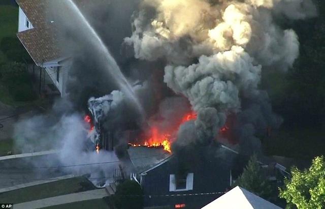 BBC dẫn thông tin từ cảnh sát địa phương cho hay hàng chục vụ cháy và nổ đã xảy ra tại các thị trấn Lawrence, Andover và Bắc Andover ở ngoại ô thành phố Boston.