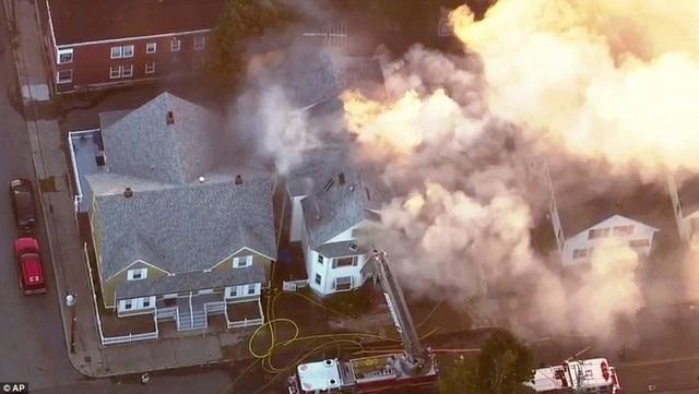 Lực lượng cứu hỏa nỗ lực dập tắt một đám cháy tại khu vực ngoại ô Boston.