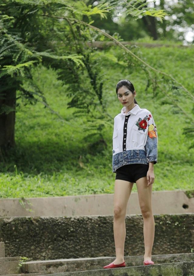 Những kiểu dáng phá cách vượt ra ngoài quy tắc thông thường của trang phục, vẫn là jeans nhưng jeans của Cao Duy mềm mại nữ tính với những đóa hoa rực rỡ.