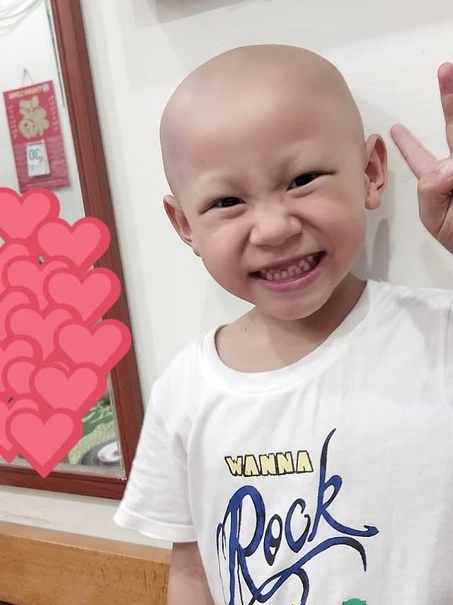 Những tháng ngày cháu An Phước điều trị tại Hà Nội tóc rụng hết nhưng cháu vẫn luôn nở niềm vui ...