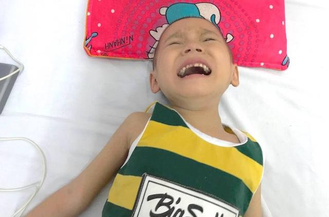 Mỗi lần căn bệnh tái phát anh chỉ biết ôm con vào bệnh viện Ung bướu Nghệ An để các bác sĩ giúp cháu giảm những cơn đau.