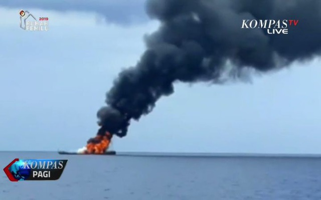 Lửa bao trùm toàn bộ con tàu trước khi nó bị đắm. (Ảnh: Kompas TV)