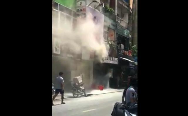 Ngôi nhà bốc khói nghi ngút khiến nhiều người hoảng sợ