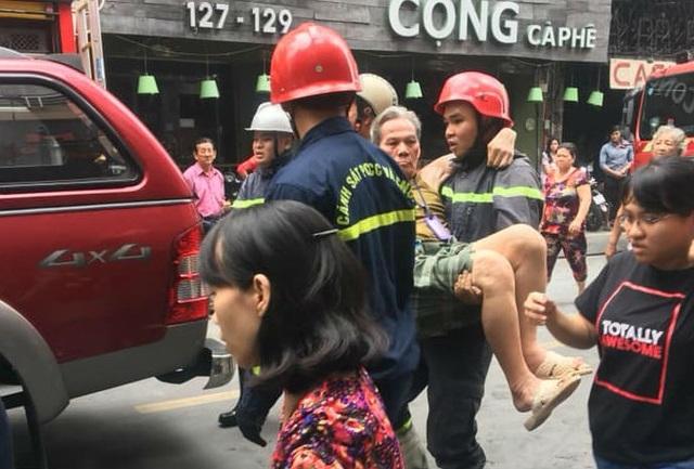Giải cứu đôi vợ chồng trong ngôi nhà đang cháy ở phố Tây - 4
