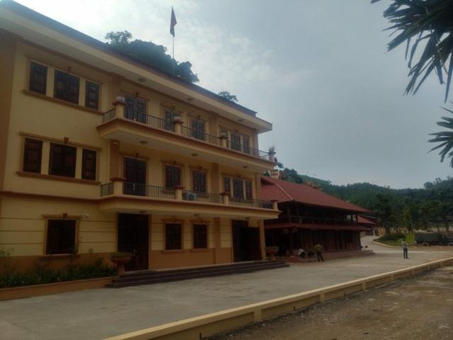 Văn phòng điều hành của Công ty Đầu tư xây dựng và khai thác khoáng sản Thăng Long được xây kiên cố nơi chân núi (Ảnh: V.H)