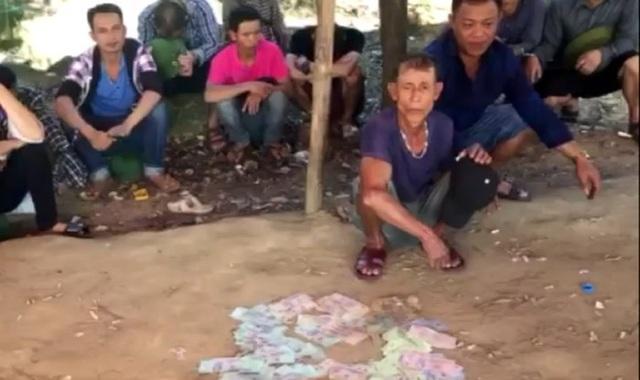 Hiện trường vụ đánh bạc sau khi bị lực lượng công an triệt phá