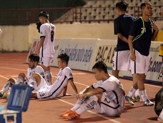 Nỗi buồn của các cầu thủ Đà Nẵng - Ảnh: Gia Hưng