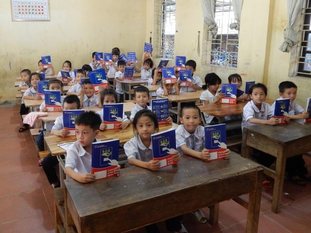 Các em học sinh đều hân hoan vui mừng khi nhận được những món quà ý nghĩa