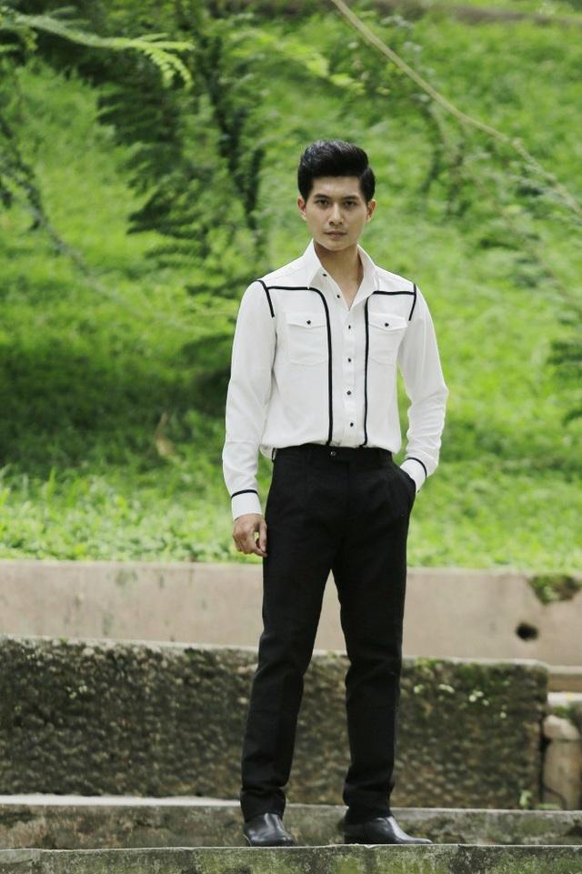Anh chọn chất liệu vải đũi và cotton với hai màu đen trắng để diễn đạt mùa Xuân Hè.
