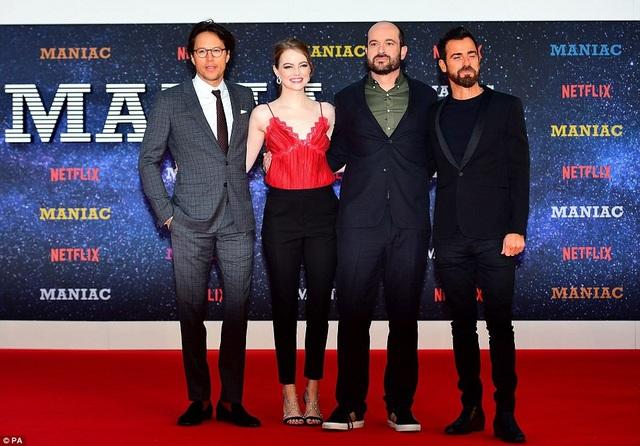 Emma bên đạo diễn Cary Fukunaga,nhà viết kịch phim Maniac - Patrick Somerville, diễn viên Justin Theroux
