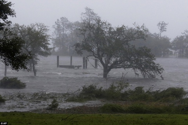 Gió mạnh và nước biển dâng cao tại khu vực Swansboro thuộc bang Bắc Carolina vào sáng sớm nay giờ Mỹ.