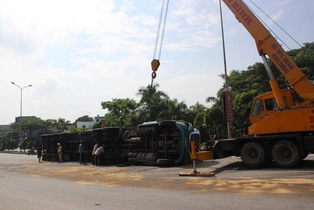 Hàng trăm lít dầu trong xe đổ tràn ra ngoài. Vụ lật xe gây ách tắc giao thông qua cầu vượt Hòa Cầm nhiều giờ liền