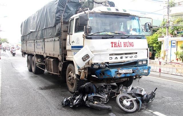 Chiếc xe tải tông 8 xe máy