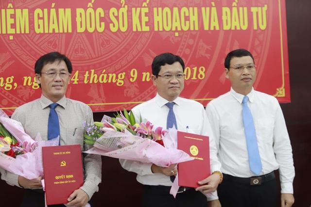 Ông Trần Phước Sơn (giữa) vừa được bổ nhiệm giữ chức Giám đốc Sở Kế hoạch - Đầu tư TP. Đà Nẵng thay ông Trần Văn Sơn (bên trái)