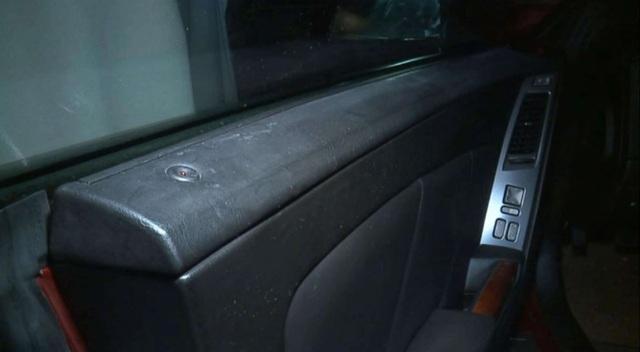Bị nhốt trong xe ô tô gần 14 tiếng vì không nổ được máy - 2