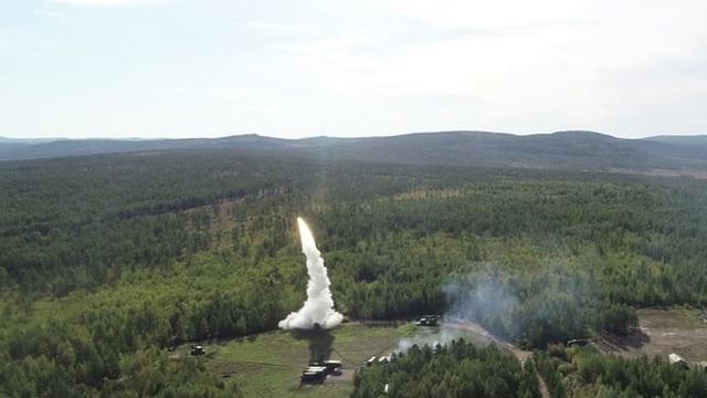 Nga đã triển khai các hệ thống phòng thủ tên lửa S-300 (ảnh) và S-400 hiện đại tham gia cuộc tập trận năm nay. (Ảnh: EPA)