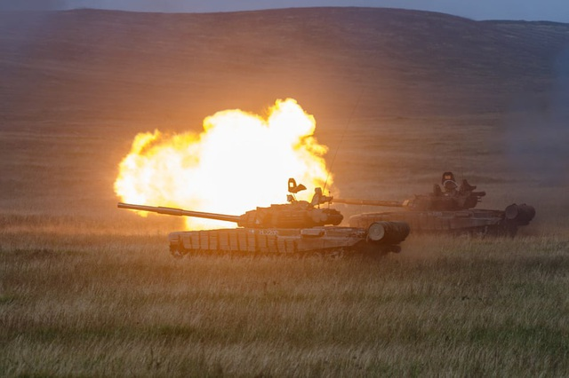 Xe tăng khai hỏa tại thao trường ở Nga. (Ảnh: TASS)