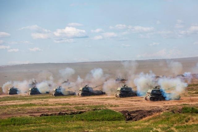 Pháo tự hành của Nga tham gia tập trận bắn đạn thật. (Ảnh: EPA)