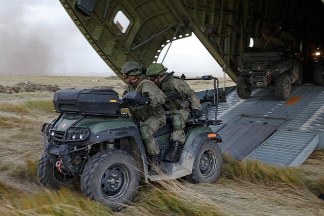 Các khí tài quân sự được tập hợp từ tất cả các quân khu của Nga tới các khu vực diễn tập ở Viễn Đông bằng tàu hỏa và các máy bay vận tải quân sự.