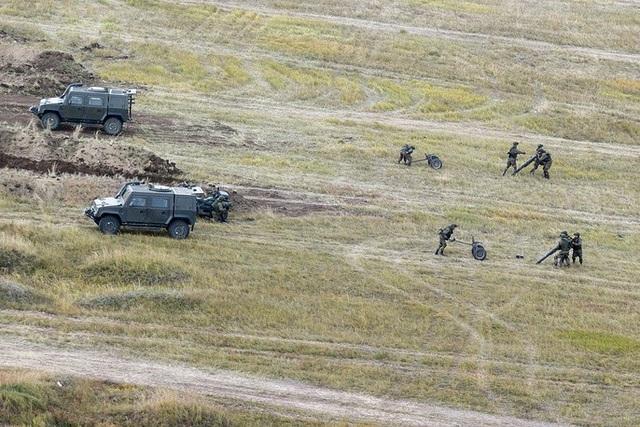 Xe chiến đấu đa năng Rys của quân đội Nga cùng các binh sĩ tham gia tập trận Vostok-2018. (Ảnh: TASS)