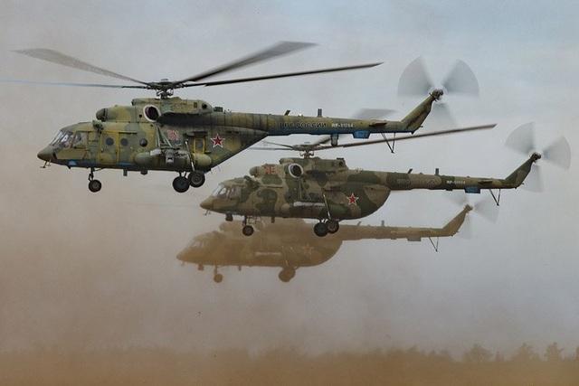 Các trực thăng Mi-8AMTSH phô diễn sức mạnh trong cuộc tập trận. (Ảnh: TASS)