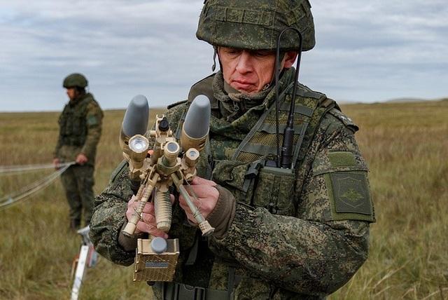 Súng trường điện tử tiêu diệt máy bay không người lái được các binh sĩ Nga sử dụng trong cuộc tập trận. (Ảnh: TASS)