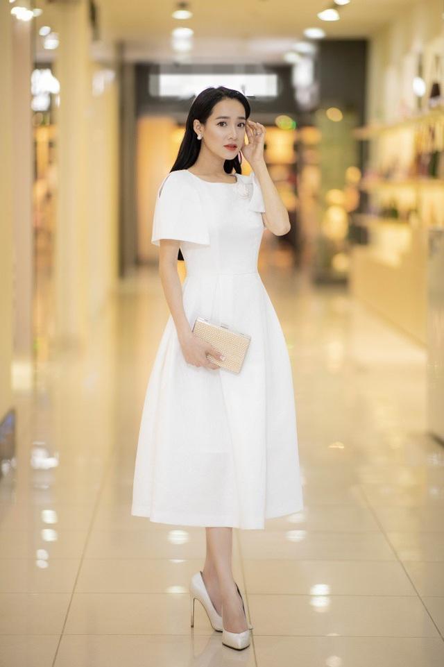 Mặc dù chỉ còn hơn 10 ngày nữa lên xe hoa với hôn phu Trường Giang nhưng Nhã Phương vẫn nhận lời mời bay ra Hà Nội dự sự kiện thời trang tại Hà Nội vào tối 13/9.