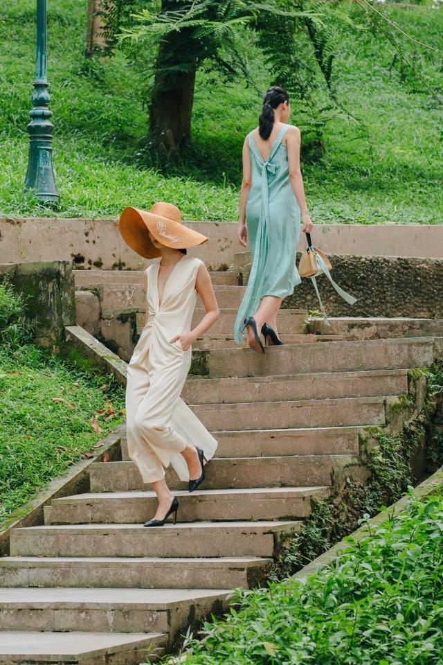 Bộ sưu tập dịu mát của NTK Thanh Thuý hài hoà với không gian thiên nhiên xanh màu cây cỏ của núi Nùng - nơi cất giấu những kí ức tuổi thơ tươi đẹp của nhiều người Hà Nội.