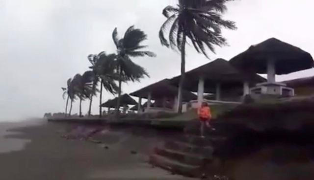 Hiện bão Mangkhut đã càn quét khu vực đảo Guam và quần đảo Marshall ở Thái Bình Dương, gây ra tình trạng ngập lụt và mất điện trên diện rộng. Được đánh giá ở cấp 5 - cấp cao nhất trong thang đo bão, bão Mangkhut đã đặt nhiều quốc gia Đông Nam Á, Hong Kong và khu vực ven biển phía nam Trung Quốc vào tình trạng báo động. Trong ảnh: Gió lớn xuất hiện tại khu vực Buguey, Cagayan, Philippines hôm nay 14/9. (Ảnh: Reuters)