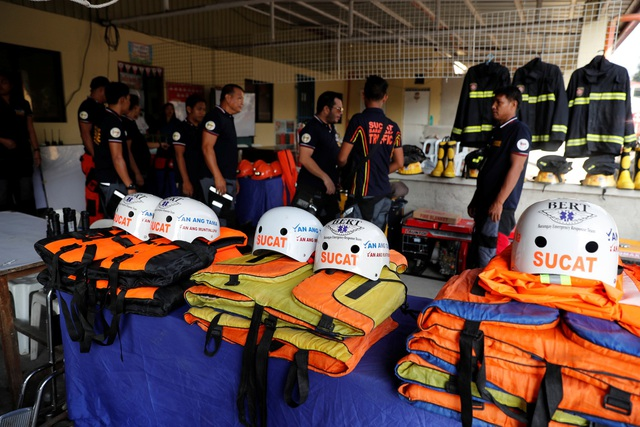 Các trường học và cơ quan chính phủ Philippines đã được đóng cửa ở hơn 600 khu vực. Lực lượng quân sự, y tế và cứu trợ khẩn cấp đã được đặt trong tình trạng sẵn sàng để ứng phó với siêu bão Mangkhut. Trong ảnh: Đội cứu hộ ở Luzon đã chuẩn bị sẵn sàng cho công tác cứu trợ khi bão đổ bộ. (Nguồn: Reuters)