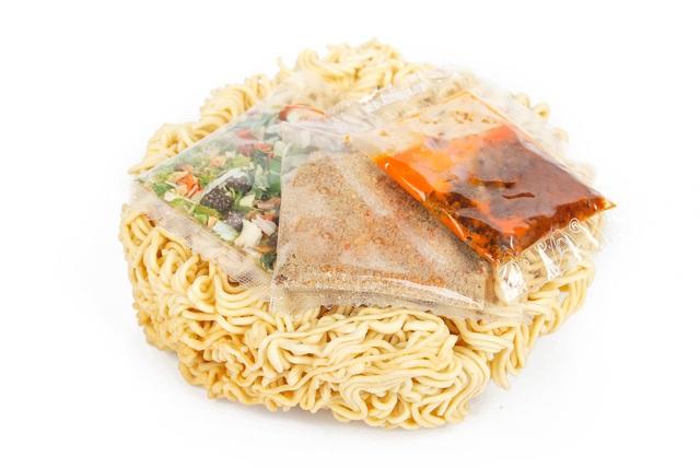 """Vì lầm tưởng, nhiều người tiêu dùng đã làm """"mất chất"""" mì ăn liền khi bỏ đi các gói gia vị thơm ngon và an toàn"""
