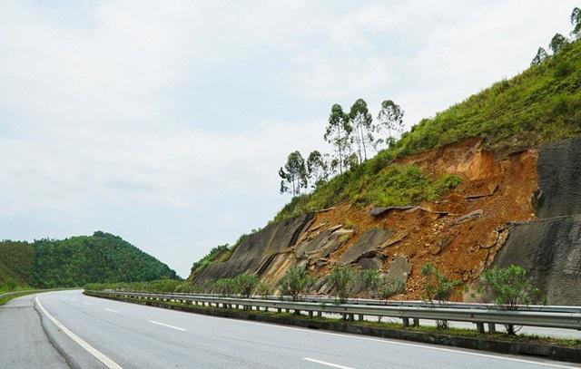 Các điểm sạt lở kè taluy xuất hiện tại các vị trí km105, km 156-157, km 163, km180… đoạn qua địa phận tỉnh Yên Bái.