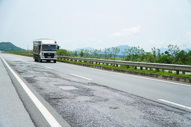 Cao tốc Nội Bài - Lào Cai dài 264km, do Tổng công ty Đầu tư phát triển đường cao tốc Việt Nam (VEC) làm chủ đầu tư và thông xe toàn tuyến vào ngày 21/9/2014, đi qua nhiều khu vực địa hình địa chất phức tạp, đặc biệt ở đoạn qua tỉnh Yên Bái và Lào Cai.