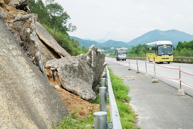 Với tốc độ lưu thống trên cao tốc lên đến 100 km/h, hiện tượng sạt lỡ tiềm ẩn khá nhiều nguy hiểm.