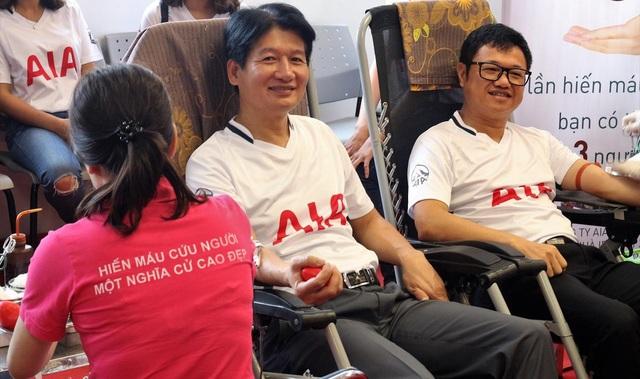 Ông Võ Quyết Thắng, Phó Tổng Giám đốc Phát triển Kinh doanh AIA Việt Nam tham gia hiến máu