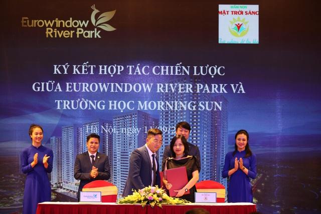 Đại diện Eurowindow Holding và Trường học Morning Sun đặt bút ký kết đánh dấu hợp tác trong dự án Eurowindow River Park