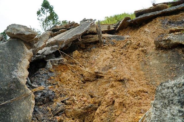 Nhiều tảng bê tông to phía trên vách núi rộng hàng chục mét vuông bong vỡ, có thể rơi xuống đường bất cứ lúc nào.