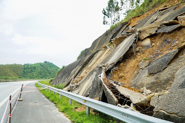 Cơ quan chủ quản đã căng dây cảnh báo cho các phương tiện ở những đoạn sạt lở nguy hiểm tại km 163 hướng từ Lào Cai đi Hà Nội.